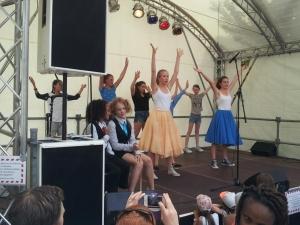 Hamburg-Musical-Company-Altonale-2015-Kinder-tanzen-auf-Bühne-03