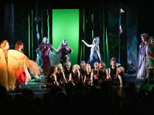Hamburg Musical Company show 2012-10 Kinder tanzen und singen Finale aus Tarzan