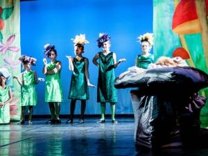 Hamburg Musical Company show 2013-03 Kinder spielen die sprechenden Blumen aus Alice im Wunderland
