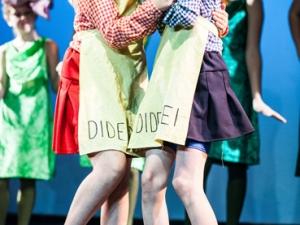 Hamburg Musical Company show 2013-04 Kinder singen Dideldum und Dideldei aus Alice im Wunderland