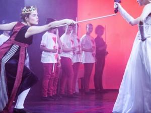 Hamburg Musical Company show 2013-11 Fechtszene zwischen Herzkönigin und der weißen Königin aus Alice im Wunderland