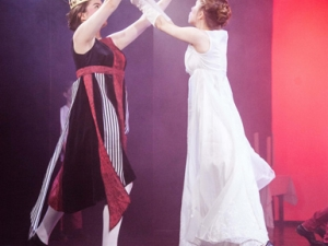 Hamburg Musical Company show2013-12 Fechtszene zwischen Herzkönigin und der weißen Königin aus Alice im Wunderland