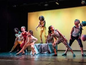 Sommer Show 2014 Allee-Theater Hamburg Kinder Tanzen und Singen zu Hakuna Matat aus König der Löwen.jpg
