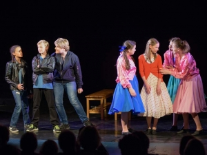 Hamburg-Musical-Company-Theateraufführung-2015-Schauspielszene-grease-02